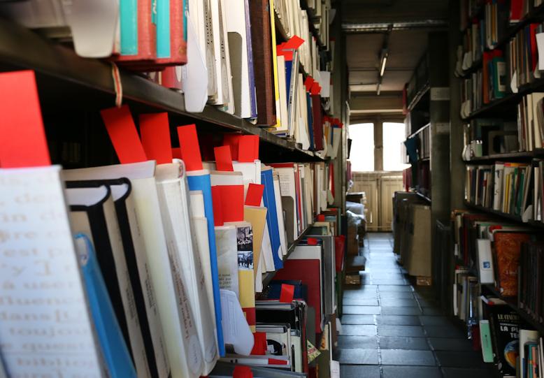 Les signets matérialisent les ouvrages du DL éparpillés dans le fonds général