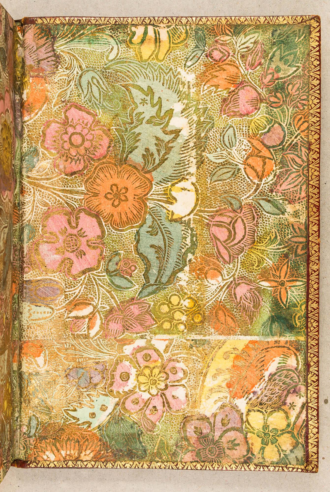 Doré gaufré, impression en négatif, orange, vert, rose et jaune à la poupée. XVIIIe s.